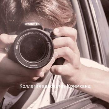 Мужчина фотографирует из машины
